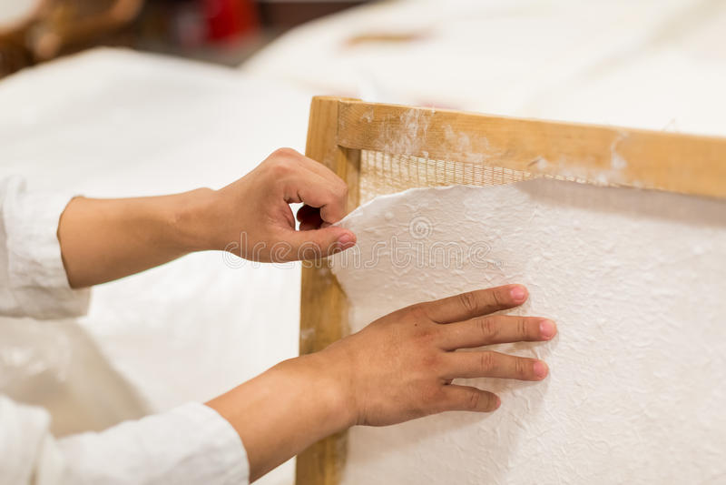 La fabbricazione della carta tradizionale fotografie stock libere da diritti
