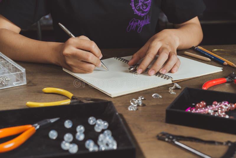 La fabbricazione della donna riguarda la tavola di legno rustica fotografia stock libera da diritti
