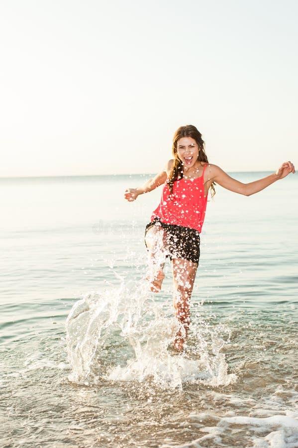 La fabbricazione felice della donna spruzza sulla spiaggia immagini stock libere da diritti