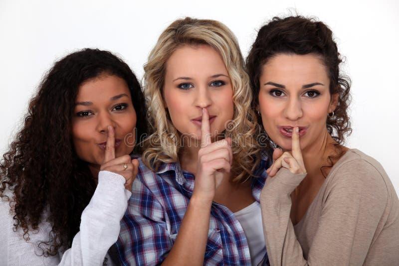 La fabricación de las mujeres shush gesto imagen de archivo libre de regalías