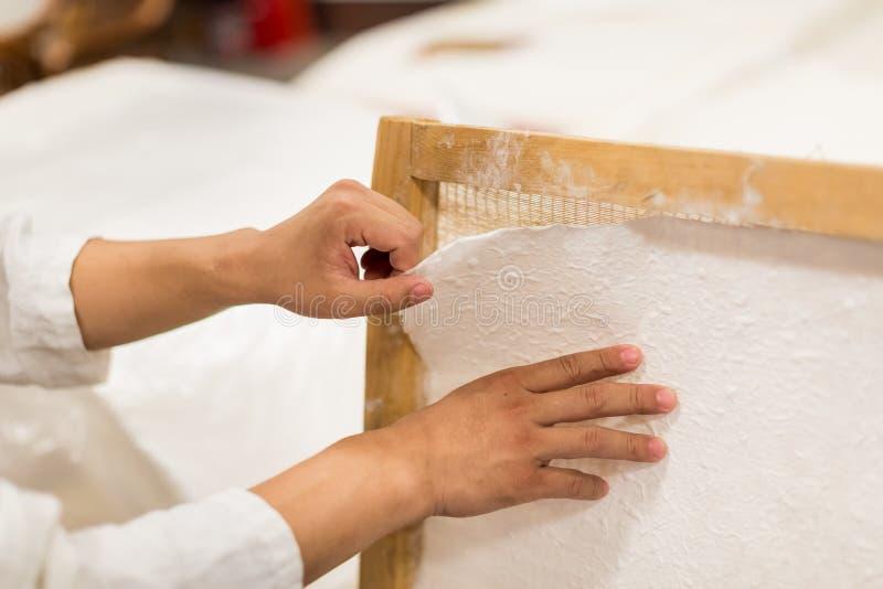 La fabricación de papel tradicional fotos de archivo libres de regalías