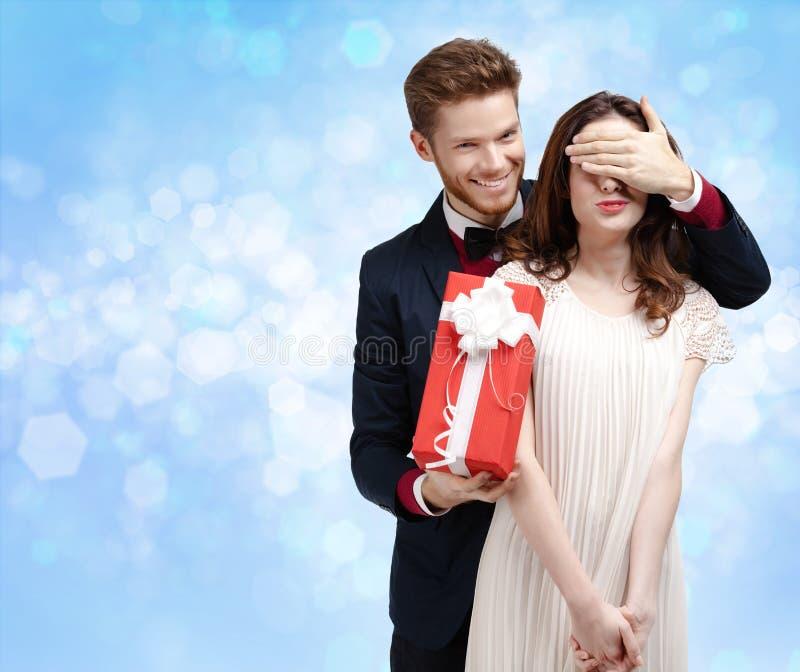 La fabricación de un hombre de la sorpresa cierra ojos de su novia imagen de archivo