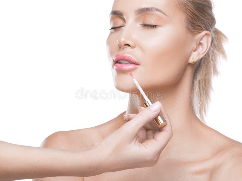 La fabricaci?n del desnudo busca los labios Labios frescos y chispeantes hechos por un lustre del labio y un cepillo profesional  imagen de archivo