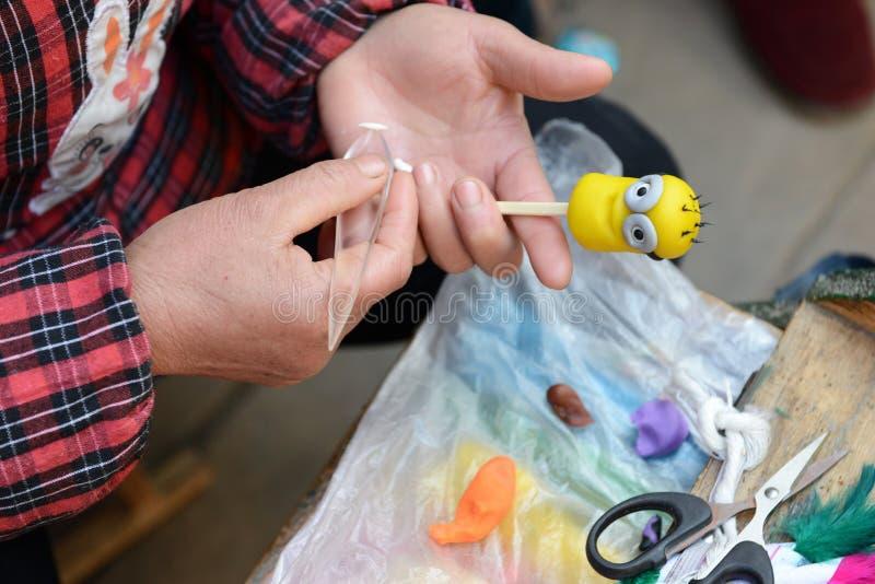 La fabrication de figurine de la pâte images stock