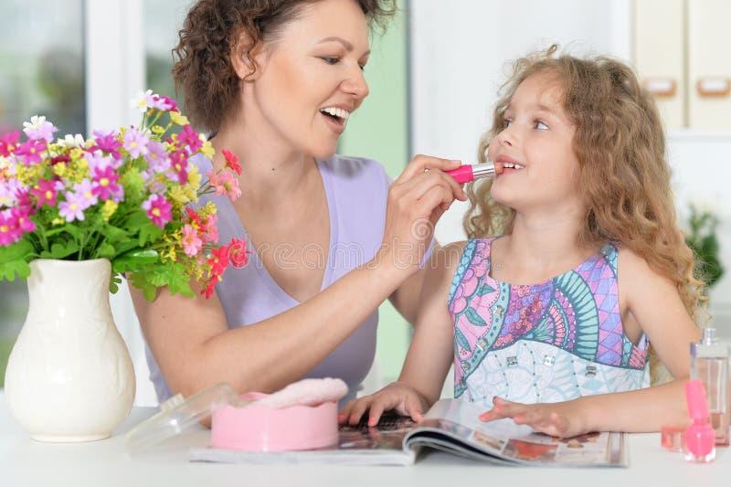 La fabrication de mère composent à sa fille photos stock