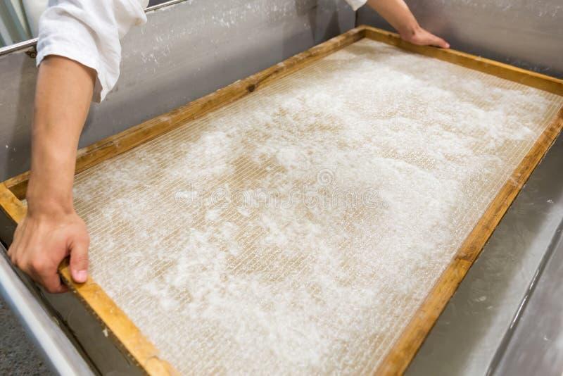 La fabrication du papier traditionnelle image stock