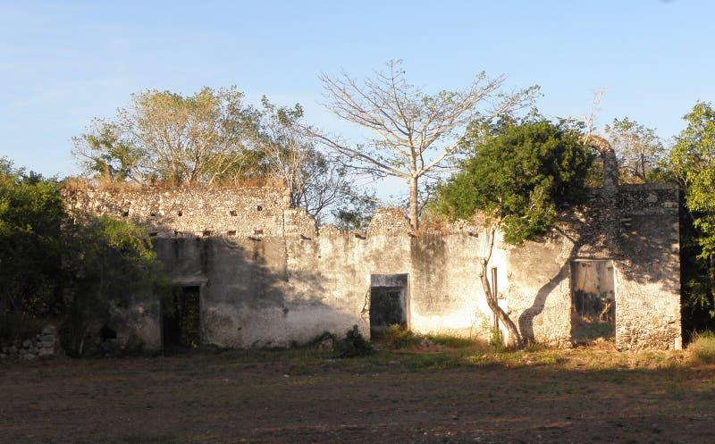 La facciata dell'rovine della hacienda con il tetto è sprofondato in Yucatan, Messico immagini stock