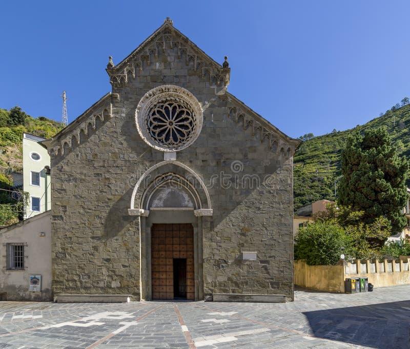 La facciata di bella chiesa di San Lorenzo in Manarola, Cinque Terre, Liguria, Italia immagine stock