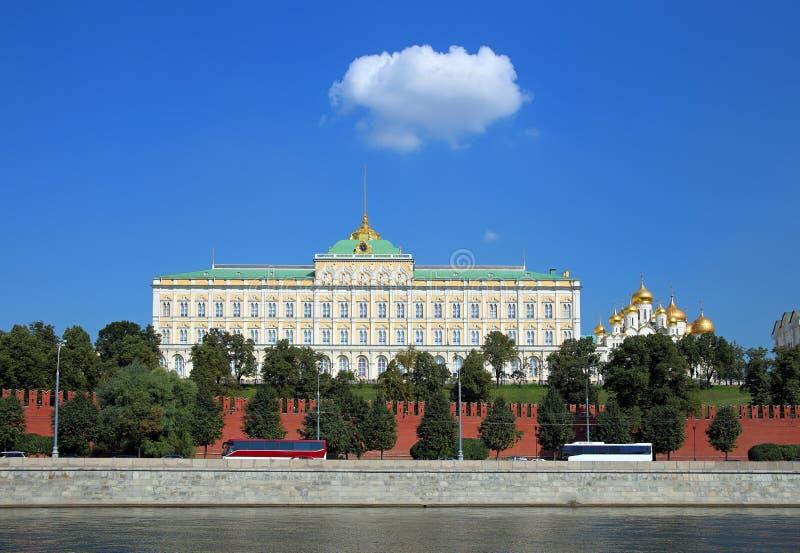 La facciata di grande palazzo di Cremlino e le pareti del Cremlino di Mosca immagini stock