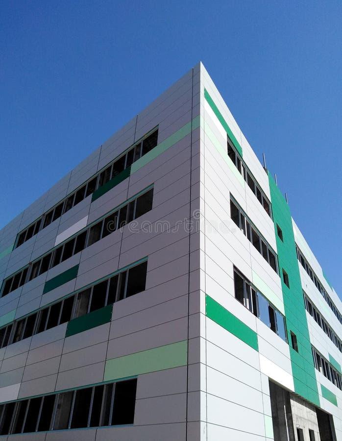 La facciata di nuova città che costruisce in costruzione senza Windows, ha finito con i pannelli fotografia stock