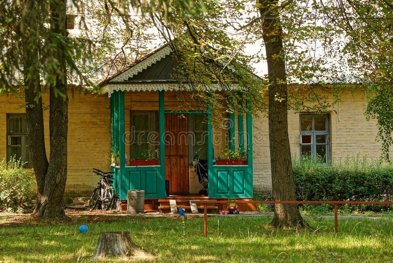 La facciata di una casa rurale con una veranda davanti ad for Piani di casa in mattoni con veranda