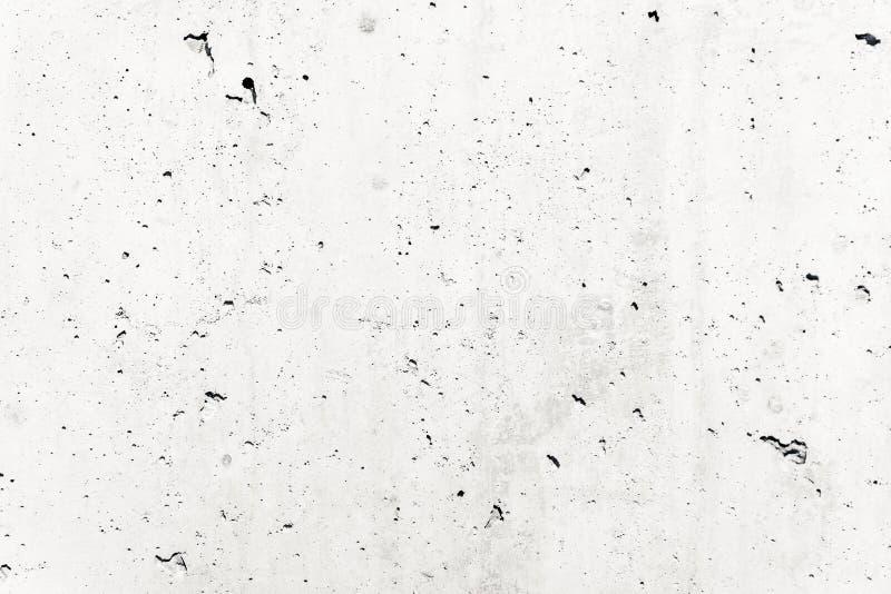 La facciata grezza del muro di cemento bianco fatta di cemento naturale con i fori e le imperfezioni strutturano il fondo fotografia stock