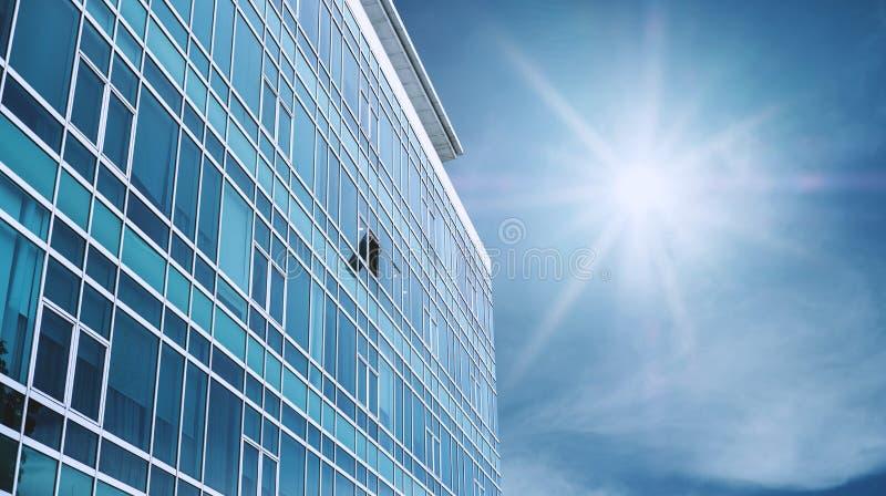 La facciata moderna panoramica della costruzione con una ha aperto la finestra, su cielo blu con il sole luminoso fotografie stock