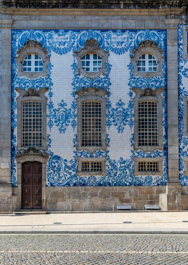 La facciata storica tradizionale a Oporto ha decorato con le mattonelle latta-lustrate dipinte a mano blu, Oporto, Portogallo fotografia stock libera da diritti