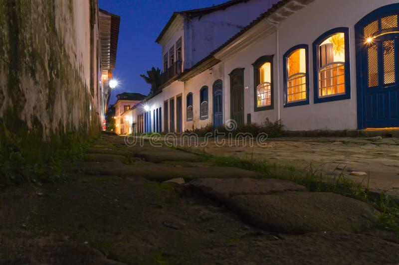 Calle de Paraty en la noche fotografía de archivo