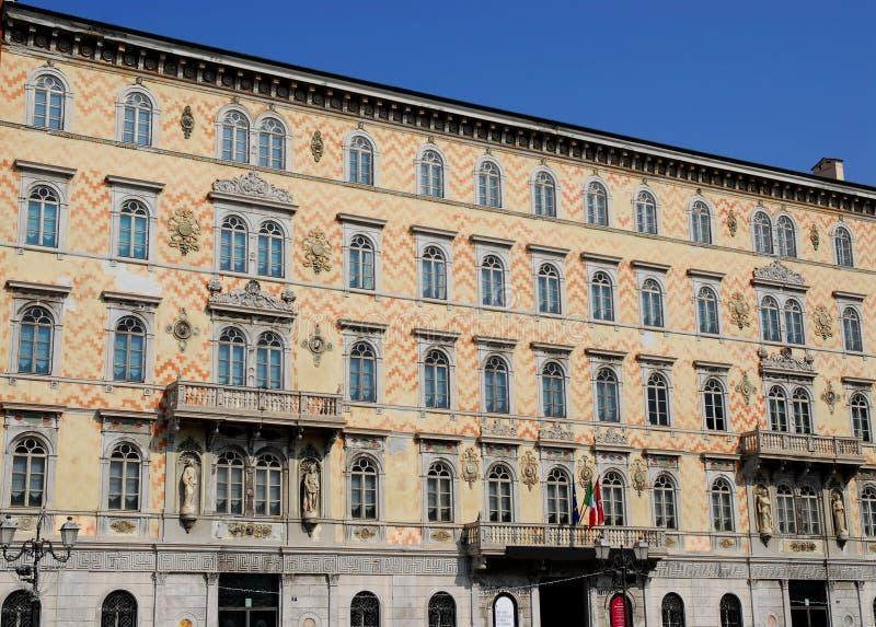 La fachada con la pared pintada agita, un edificio importante en Trieste en Friuli Venezia Julia (Italia) imagenes de archivo