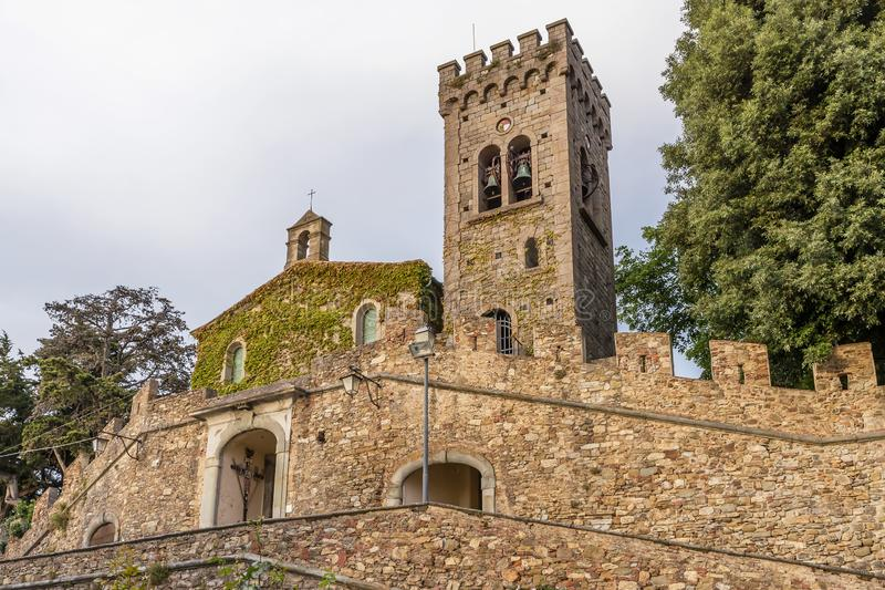 La fachada de la iglesia de San Lorenzo en la parte superior del pueblo medieval de Castagneto Carducci, Toscana, Italia fotos de archivo