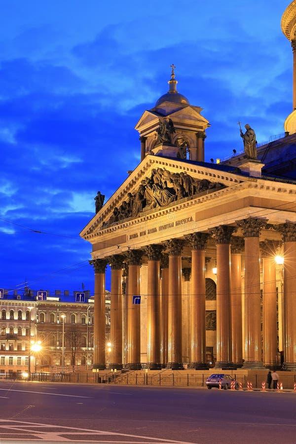 La fachada de la catedral del ` s del St Isaac en la noche en St Petersburg imagen de archivo libre de regalías