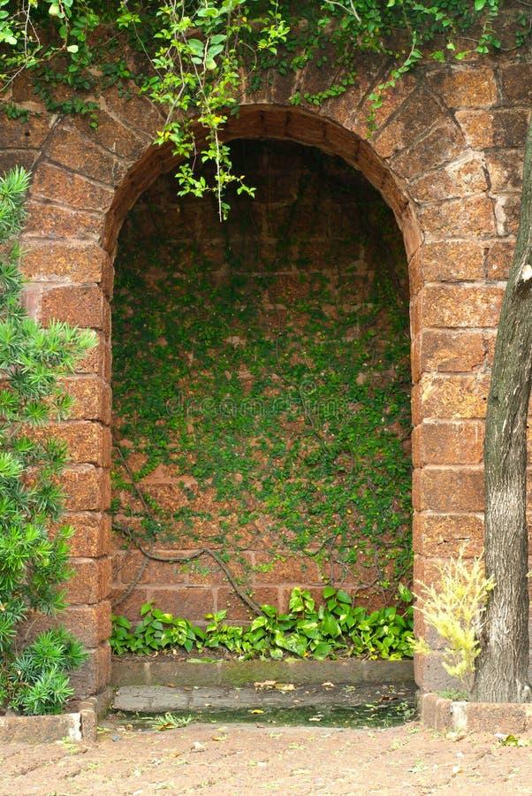 La fachada de la puerta adorna foto de archivo