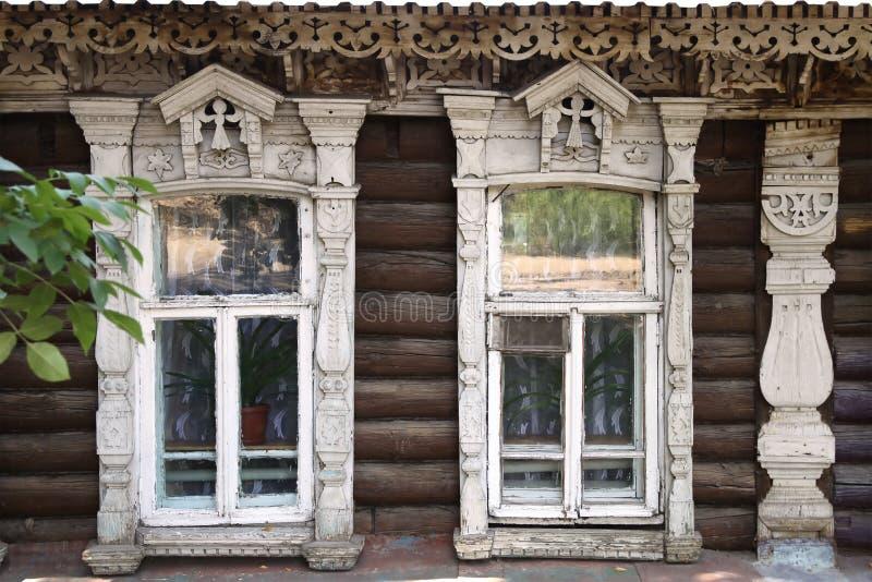 La fachada de las casas de madera viejas con los arquitrabes tallados fotos de archivo libres de regalías
