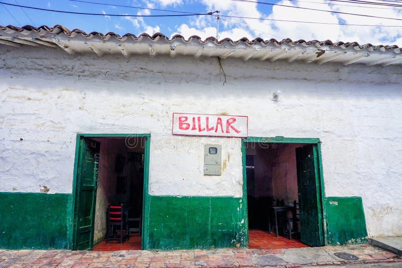 La fachada de los billares hace compras en Pinchote, Colombia imagen de archivo