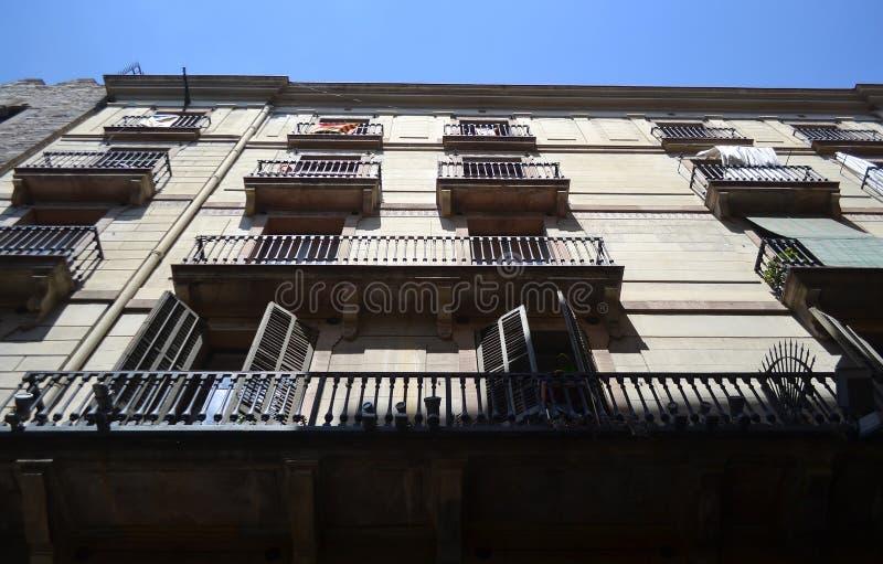 La fachada de un edificio viejo en Barcelona foto de archivo