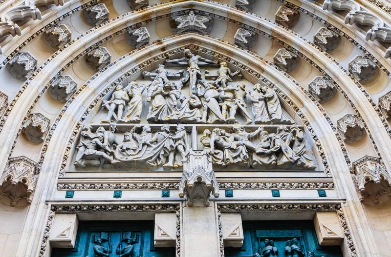 La fachada del oeste de la catedral de los santos Vitus construyó en la 14ta c imagenes de archivo
