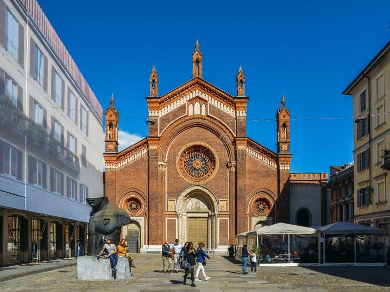 La fachada delantera de Santa Maria del Carmine Church en la vecindad de Brera de Milán imágenes de archivo libres de regalías