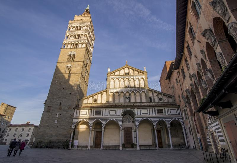 La fachada hermosa de la catedral de San Zeno en Pistóia, Toscana, Italia imagen de archivo