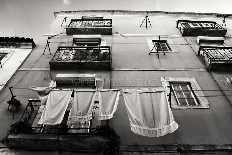 La fachada vieja de la casa t?pica de Lisboa con la ejecuci?n viste foto de archivo libre de regalías