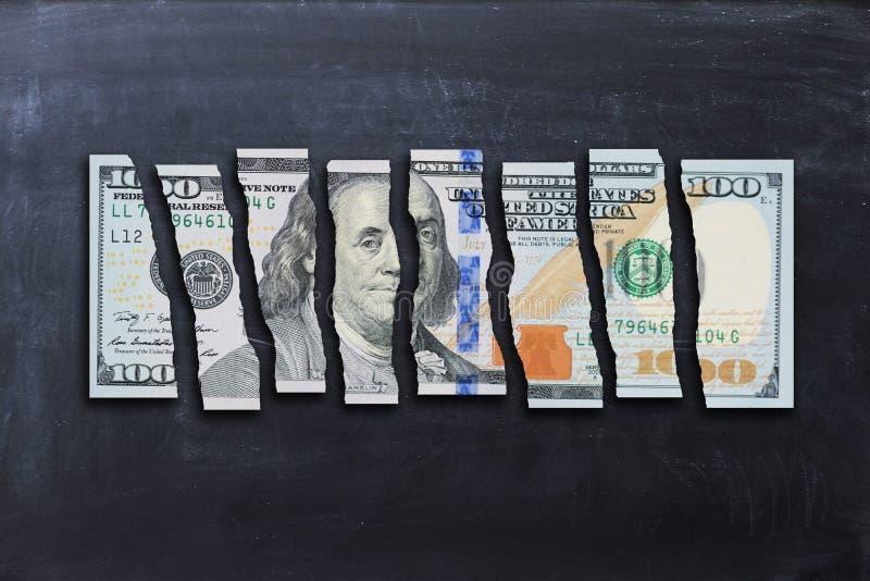 La facture de dollar US a coupé dans les morceaux suggérant l'économie faible photos libres de droits