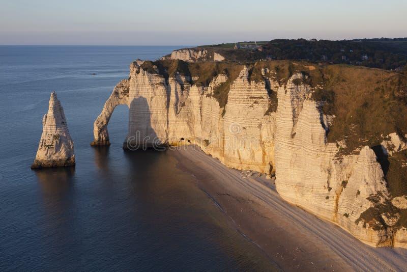 La falaise d'Aval, Etretat, d'Albatre de Cote, paye de Caux, la Seine-Maritim photographie stock libre de droits
