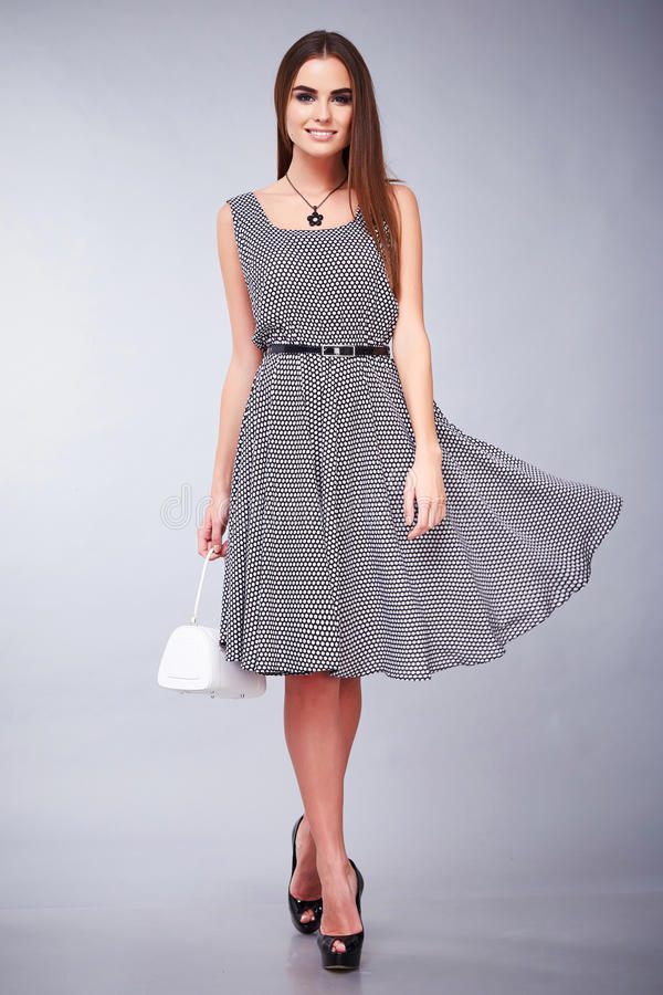La falda de la blusa del top del traje de vestido de negocios de la mujer del pelo del maquillaje moreno joven atractivo hermoso  imagenes de archivo