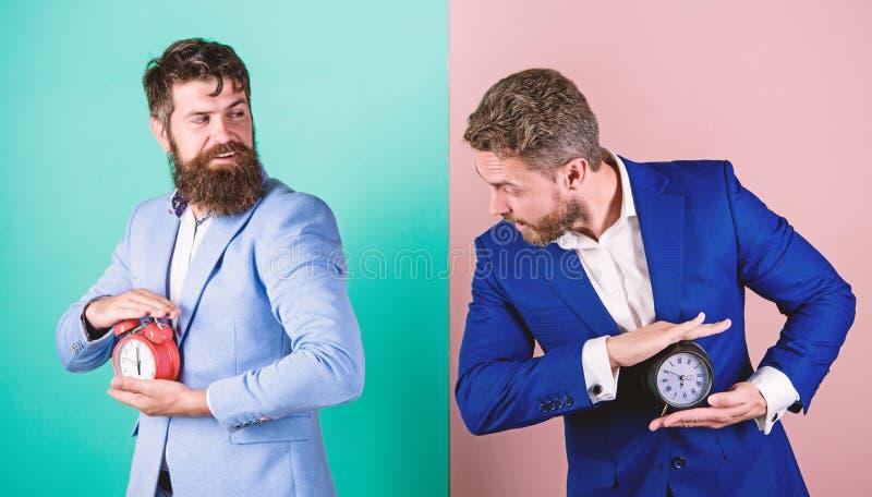 La falta de gesti?n de la autodisciplina a tiempo lleva a gente a procrastinar Control y disciplina Negocio de los hombres formal fotos de archivo libres de regalías