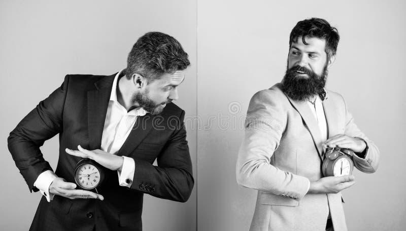 La falta de gesti?n de la autodisciplina a tiempo lleva a gente a procrastinar Control y disciplina Negocio de los hombres formal foto de archivo libre de regalías