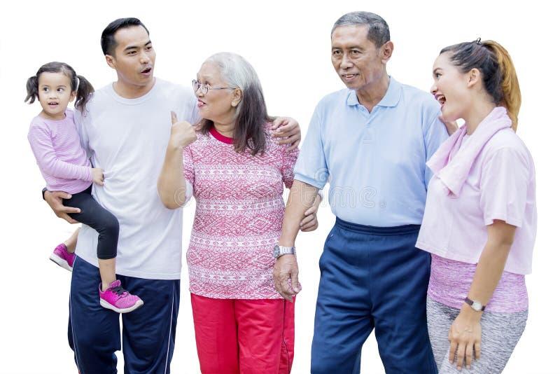 La famiglia allargata gode del tempo libero chiacchierando fotografie stock libere da diritti