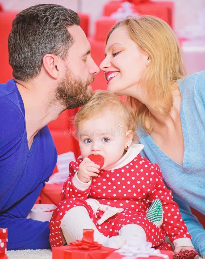 La famiglia celebra il loro amore Coppie romantiche nell'amore ed in neonata Concetto di giorno dei biglietti di S Insieme il gio fotografia stock