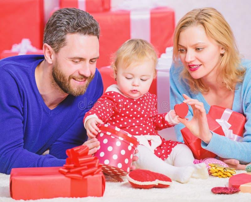 La famiglia celebra l'anniversario Rosa rossa La famiglia adorabile celebra il giorno di biglietti di S. Valentino Genitori felic fotografia stock