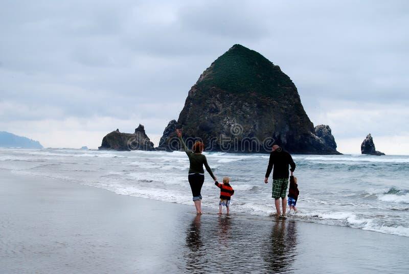 La famiglia con i figli a New York. Haystack Rock immagini stock