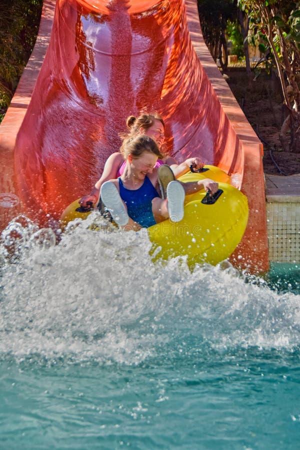 La famiglia felice gode degli acquascivoli in Aqua Park immagini stock