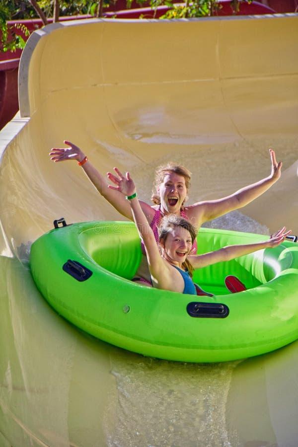 La famiglia felice gode degli acquascivoli in Aqua Park immagine stock