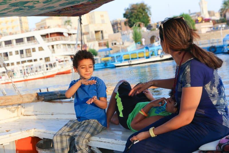 La famiglia gode del viaggio della barca a Nile River fotografia stock