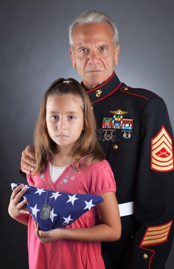 La famiglia militare si addolora la loro perdita immagini stock