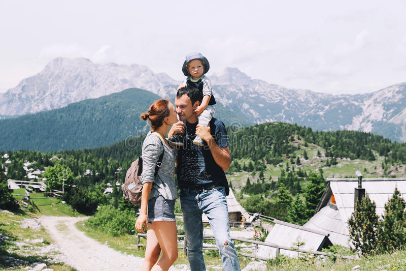 La famiglia passa il tempo sulla natura nelle montagne fotografia stock