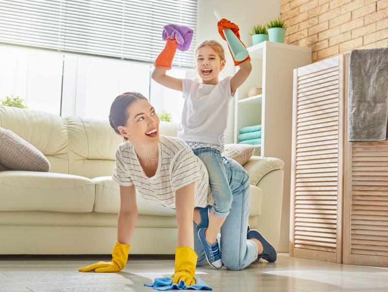 La famiglia pulisce la stanza immagini stock