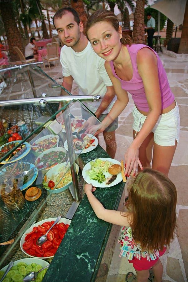 La famiglia sceglie il pasto fotografia stock
