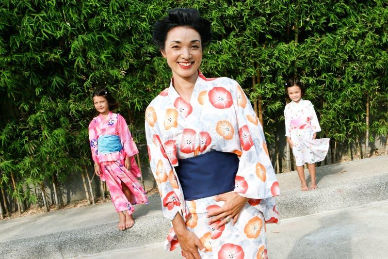 La famiglia si è vestita in kimono. fotografie stock libere da diritti