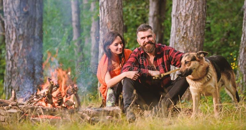 La famiglia si rilassa il concetto Coppie nell'amore o in giovane famiglia felice immagine stock libera da diritti
