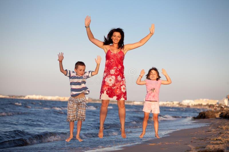 La famiglia sopra striscia immagini stock libere da diritti