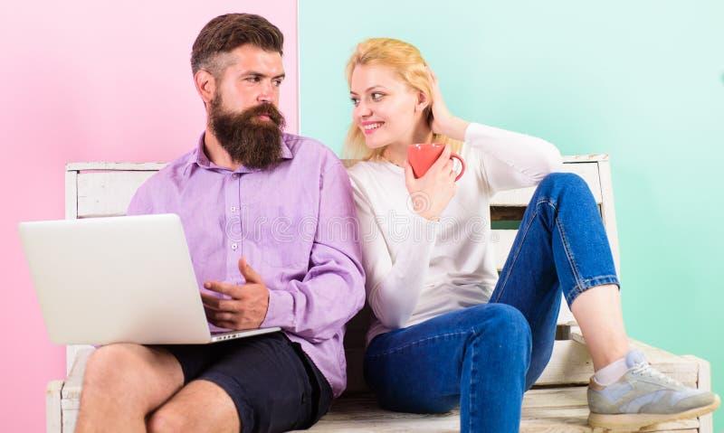 La famiglia spende insieme lo svago Coppie con il computer portatile che va guardare film Coppie che scelgono film della commedia fotografia stock libera da diritti